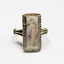 RARE BAGUE en or jaune ornée d'une peinture sur porcelaine représnetant une femme entourée de diamants de taille rose. Poids brut : 4,5 g TDD : 48