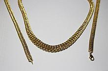 PARURE en or jaune composée d'un collier et de deux bracelets, maille de style gourmette. Poids brut : 38,5 g
