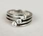 BAGUE en or gris la monture ajourée et ornée de trois diamants de taille brillant. Poids brut : 8,1 g TDD : 53