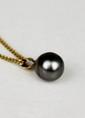 PENDENTIF et sa chaine en or jaune retenant une perle en goute de Thaïti. Poids brut : 5,2 g