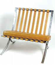 LUDWIG MIES VAN DER ROHE Barcelona, modèle créé en 1929.    Chauffeuse à structure en acier chromé.