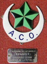 Lot comprenant un badge émaillé ACO, Automobile Club d'Oran et une plaque Renault Oran.