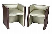 DACHARRY - 41 avenue Montaigne Paris VIII - Maison fondée en 1933 Paire de fauteuils modernistes tapissés d'une garniture nacrée. Les fûts gainés de moleskine imprimée en relief. État et restaurations d'usage 65 x 57,5 x 51,5 cm A noter : Seront