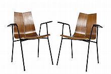 Hans BELLMANN (1911-1990) Paire de fauteuils, les assises, se prolongeant en dossier, thermoformées Piétements en métal tubulaire laqué noir Edition Horgone-Glarus Circa 1950 79 x 67 x 50 cm