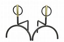 Dans le goût de Jacques ADNET Paire de chenets en métal noirci et laiton au décor d'un anneau articulé Les jambages avant en demi-cercle 33,5 x 27 x 30 cm