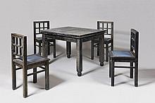 Attribué à Francis JOURDAIN (1876-1958) Ensemble de salle à manger moderniste en chêne noirci et cérusé composé : - D'une table rectangulaire à bandeau munie d'allonges à l'italienne. Le plateau repose sur quatre pieds d'angle à la réception en
