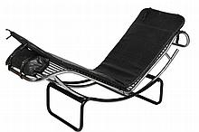 Edition FIOCCHI Chaise longue en métal tubulaire chromé et noir, assise en simili noir Italie En l'état, acc. et manques Edition Fiocchi 48 x 41 x 155 cm