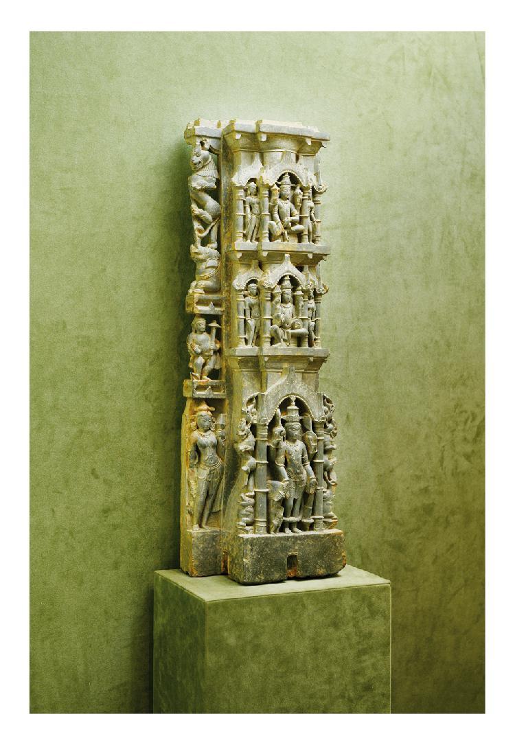 Inde 11ème siècle.   Bas relief en grès gris, sculpté d'un jeune femme en tribhanga.   H. 85 cm.