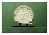Etrurie, IVème siècle avant J.-C.   ANTÉFIXE : portrait d'une Ménade. Calcaire.  Manques et accidents au nez,   Plus grande hauteur 16 cm - plus grande largeur 18 cm