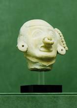 Équateur, la Tolita, Monte Alto. Période classique 100-500 après J.-C.  TÊTE PORTRAIT d'un homme. Terre cuite beige. Labret et anneaux d'oreilles.  Manque l'oreille droite.  H. 9 cm