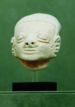 Équateur, la Tolita, Monte Alto, Période classique, 100-500 après J.-C.  TÊTE FÉMININE. Terre cuite grise, trace de peinture rouge  H. 10,5 cm
