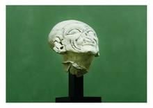 Équateur,  la Tolita, Période classique 100-500 après J.-C.  TÊTE DE VIEILLE FEMME. Terre cuite grise.  Manques à l'oreille droite, au nez et à la lèvre supérieure.  H. 11,5 cm
