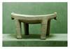 Costa-Rica, XIIème siècle.  METATE. Pierre.  De forme ovale reposant sur quatre pieds, bordure festonnée, à chaque extrémité du siège petite tête d'un animal  H. 19,5 cm - Long. 40 cm - Larg. 33 cm