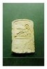 Égypte, époque Copte, IIème moitié du IIIème siècle après J.-C. STÈLE funéraire. Calcaire sculpté en bas relief du portrait d'une femme allongée sur une banquette le haut du corps de face. Elle tient dans sa main droite une coupe. H. 37 cm - Long. 25