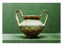 Chypre, VIème  siècle avant J.-C.  VASE avec anses. Terre cuite. Décor : Cercles, demi circonférence, motifs en vague.  Anse cassée,  collée, petits éclats.  H. 19 cm