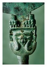 égypte époque antique.   MIROIR.  Bronze patine de fouille. La poignée est probablement celle d'un sistre.  Poignée H. 13, 8 - Miroir Diam. 17 cm.
