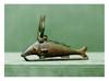 égypte, époque Saïte  OXYRHINQUE - amulette. Bronze. Coiffé du disque solaire et des cornes hathoriques.   Long. 14,3 cm - H. 8 cm