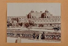 INDE - ALBUM DE PHOTOGRAPHIES vers 1910 , in-4, demi-basane moutarde, dos lisse, pièce noire. Recueil de 65 photographies (dont quelques héliogravures), contrecollées sur papier fort monté sur onglets : 55 au format in-4 et 10 au format in-8. Elle