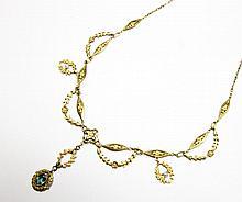 COLLIER en or jaune, dans le style guirlande XIXe siècle orné de perles et d'un pendant orné d'une pierre de couleur bleu en serti clos. Poids brut : 13,8 g