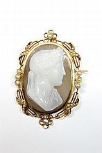 CAMEE sur agate deux couches, représentant un rpofil d'homme aux lauriers, la monture aux lauriers finement ajourée et ornée de perles fines. Poids brut : 27,1 g Hauteur : 5,3 cm Largeur : 3,5cm