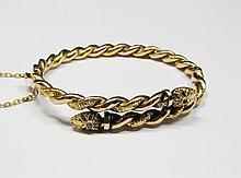 BRACELET en or jaune, la monture entrelacée, finement ciselée et ornée  de deux diamants taillés en rose. Travail du début du XXe siècle Poids brut : 16,2 g Largeur : 7 cm Hauteur : 5,7 cm