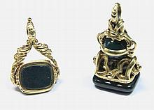 LOT de deux pendentifs en or jaune finement gravés ornés de japse sanguin. Poids brut : 22,1 g Hauteur : 2,6 cm et 3 cm Largeur : 2 cm et 2 cm