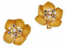 PAIRE DE BOUCLES D'OREILLES en or jaune stylisant une fleur, les pétales articulés retenant en son centre une succession de diamants et saphirs en trembleuse. Poids brut : 23,6 g