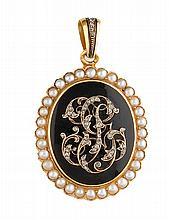 CAMEE sur onyx, la monture en jaune, retenant en son centre des initiales pavées de diamants de taille rose, dans un entourage de perles et d'émail de couleur noir. Poids brut : 22,6 g