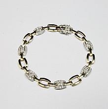 BRACELET en or jaune mailles stylisées et ornées de diamants de taille brillant. Poids brut : 12,6 g