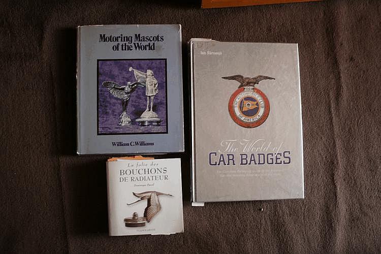 un lot de 3 livres sur les bouchons et emblèmes de radiateur.