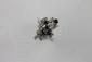 BAGUE en or gris ornée de diamants brillantés et de saphirs ronds, la monture stylisée de formes géométriques. Poids brut : 5,3 g TDD : 57