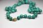 COLLIER de perles de turquoise, le fermoir en or.Poids brut: 86,6 g