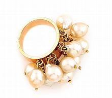 BAGUE en or jaune ornée d'une succession de perles baroques mobiles serties sur un jonc en or jaune. Travail américian des années 70 Poids brut : 14,7 g TDD : 54  A yellow gold and pearl ring.