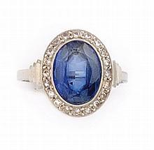 BAGUE en or gris et paltine, ornée en son centre d'un saphir oval en serti clos, dans un entourage de diamants taille ancienne. Poids brut : 3,5 gr TDD : 56  A white gold, platinium, diamond and sapphire ring.