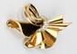 BROCHE en or jaune stylisant un ruban ornée d'une ceinture en platine pavée de diamants dont deux diamants plus important de taille ancienne envrion 0,60 carat. Poids brut : 21,7 g Hauteur : 5 cm Largeur : 7 cm