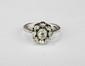 BAGUE MARGUERITE en or gris ornée de diamants de taille ancienne. Poids brut : 5,1 g TDD : 55