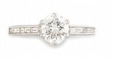 BAGUE solitaire en or gris ornée d'un diamant de taille brillant d'environ 0,90 carat, la monture de la bague réhaussée  de douze diamants de taille baguette.    Poids brut: 3,4 g    TDD: 54