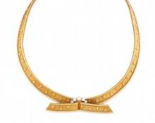 FRED    COLLIER en or jaune maille briquette lisse, bordure chainette, ponctué d'une ligne de trois diamants.    Poids brut : 56,3 g    Numéro et poinçon de maitre    Dans son écrin d'origine        A YELLOW GOLD AND DIAMOND NECKLACE