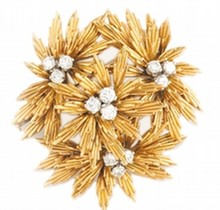 FRED    BROCHE en or jaune et platine stylisant un bouquet de feuillage ponctué de diamants de taille brillant.    Poids brut : 23,7    Dans son écrin d'origine        DIAMOND AND YELLOW GOLD BROOCH BY FRED