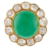 BAGUE en or jaune ornée díune importante émeraude ronde de taille cabochon dans un entourage de diamants de taille ancienne.    Poids brut†: 8 g    TDD†: 53        A YELLOW GOLD, EMERALD AND DIAMOND RING.