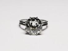 SOLITAIRE en or gris retenant un diamant de taille ancienne d'environ 5,5 carats.    Poids brut : 4,8 g    TDD : 54    Certificat LFG