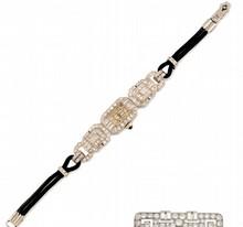 MONTRE bracelet d'époque Art Déco en platine et or gris de forme géométrique sertie de diamants de taille ancienne et de taille baguette. Mouvement automatique à remontage manuel. Bracelet en cordon noir, rehaussé d'un petit motif diamanté. Longueur: