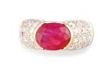 BAGUE en or gris ornée d'un rubis de taille ovale de 3.00 carats, la monture de la bague réhaussée  d'un pavage  de 24 diamants de taille brillant pesant 1.10 carat.    Poids brut: 7,95 g    TDD : 52        A RUBY, DIAMOND AND WHITE GOLD RING.