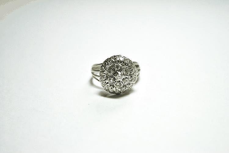 BAGUE DOME en or gris, pavée de diamants de taille brillant.  Poids brut : 6,1 g TDD : 61