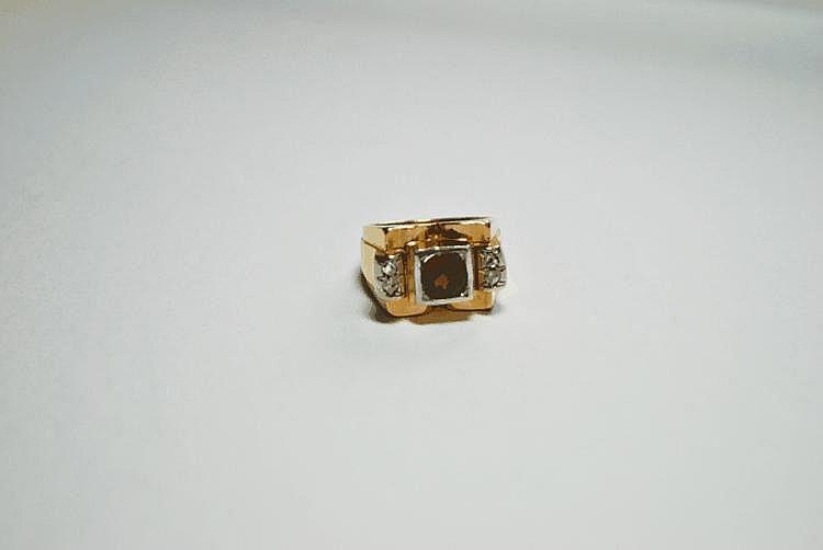 BAGUE TANK en or jaune ornée d'un grenat dans un entourage de deux diamants de taille ancienne.  Poids brut : 7,6 g TDD : 52