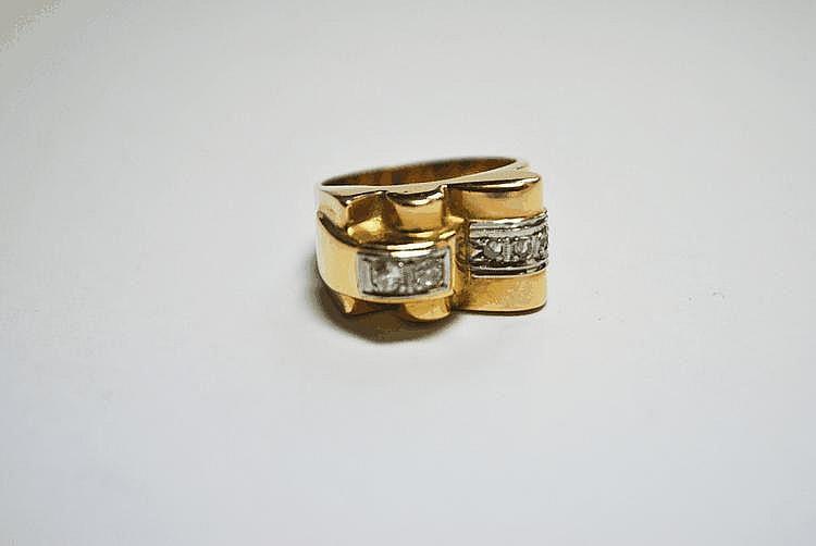BAGUE en or jaune ornée de deux diamants de taille brillant et de diamants de taille rose.  Style années 40.  Poids brut : 8,1 g TDD : 54