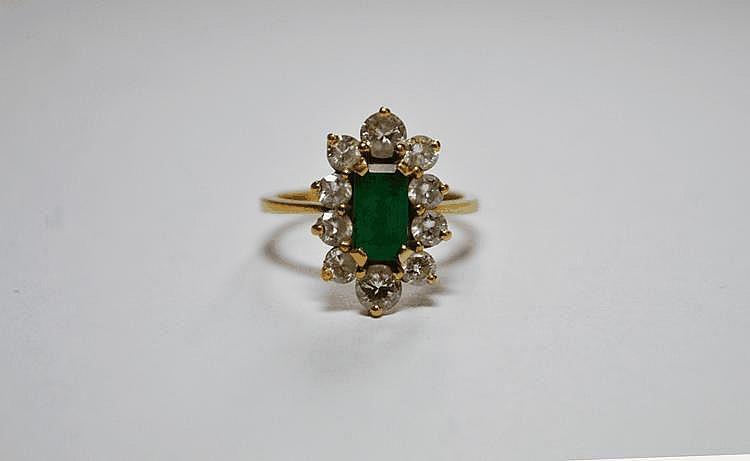 BAGUE en or jaune ornée d'une émeraude dans un entourage de diamants de taille brillant.  Poids brut : 4,1 g TDD : 51