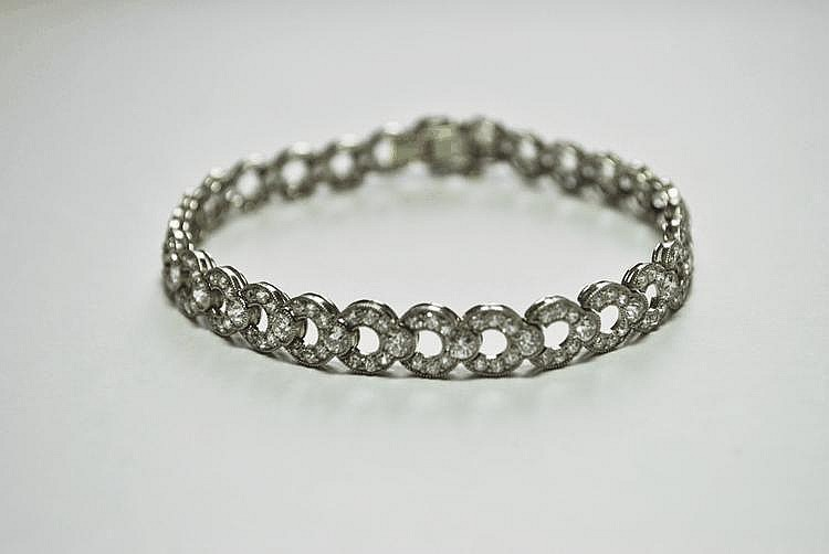 BRACELET en or gris, la monture ajourée et ornée de diamants de taille brillant.  Poids brut : 15,5 g