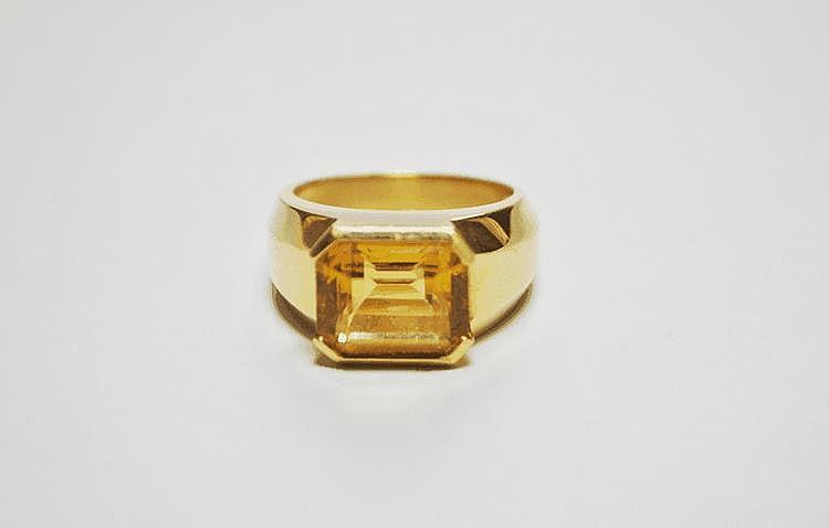 BAGUE en or jaune ornée d'une citrine de taille émeraude.  Poids brut : 10,3 g TDD : 58 - 59