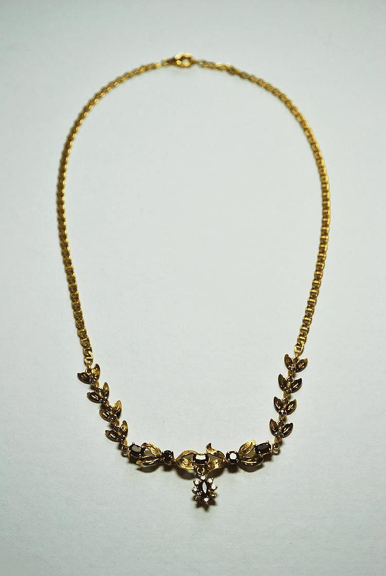 COLLIER en or jaune à décor de fleurs et de feuillages orné de pierres de couleurs.  Poids brut : 17,7 g